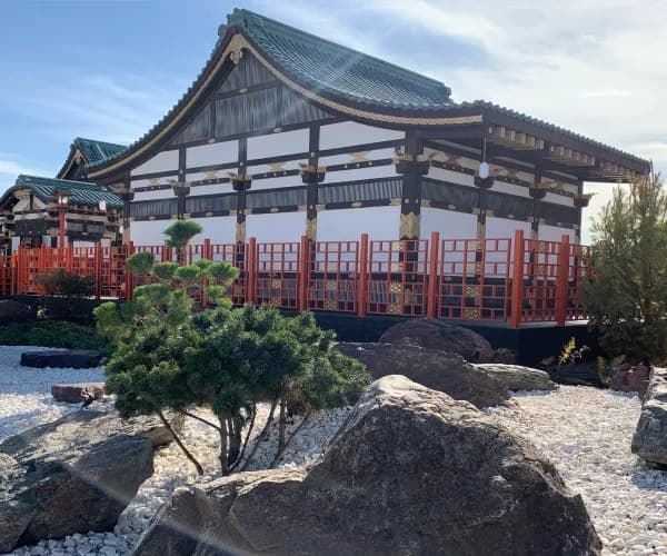 Средневековые замки и японские мотивы: где купить свежие продукты и отдохнуть?